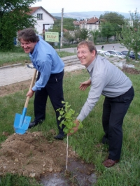 Dr. Dirk Forger (Director of the Konrad Adenauer Foundation, Media Programme for South East Europe) and Manfred Ladwig (ARD, Germany) in action of planting trees