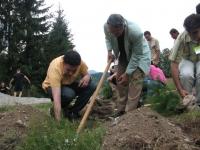 """ген. Кирил Цветков - председател на Асоциация """"Св. Иван Рилски"""" в акция по засаждане на дървета, 5 юли, 2008, Копривщица"""