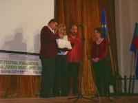 Васил Христов (кмет на община Долна баня) връчва наградата на Кмета на града на Ина Гълъбова (Нова телевизия)