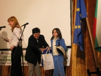 инж. Светла Стоименова (Общински съветник в Общински съвет Долна баня) връчва наградите на победителите в Конкурса за детска рисунка