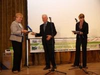 """Антонио Конте (председател на  Европейската асоциация на Туристическата преса)  връчва наградите на Асоциацията за филма """"Гробниците в Когурьо, Северна Корея"""" на Suedwestrundfunk Public Television, Германия  и на """"Европейския екологичен фестивал"""" за цялостния му принос в популяризиране ролята на документалните филми и телевизионни програми за развитието на туризма, любовта към природата и опазването на околната среда,  снимка: Никола Вукойевич"""